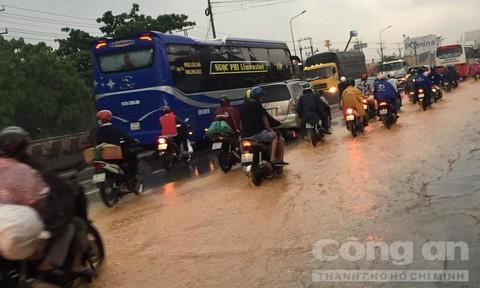 TPHCM: Mưa lớn nhiều tuyến đường lại biến thành sông