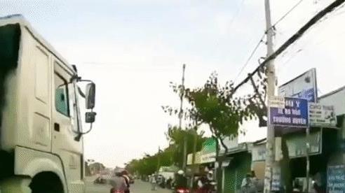 Clip: Thót tim cảnh xe bồn lao thẳng vào 2 xe máy đang dừng chờ đèn đỏ