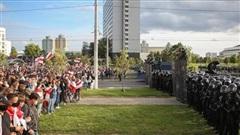 Tình hình Belarus: Đoàn biểu tình khổng lồ dựng rào chắn ở Thủ đô, tiến về khu vực có dinh thự của Tổng thống Lukashenko