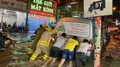 Clip: Công an, dân phòng TP HCM 'giải cứu' nhiều phương tiện ngập sâu sau trận mưa kéo dài
