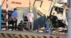 Tài xế xe tải tông vào trạm thu phí BOT Cai Lậy