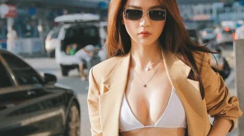 Ngọc Trinh diện bikini khoe vòng một ở sân bay