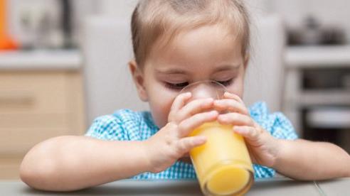 4 loại nước cực hại với trẻ nhỏ mẹ không nên cho con dùng