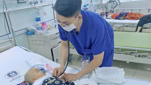 Trượt chân ngã từ bậc cầu thang, bé trai 11 tháng tuổi bị kéo đâm vào đầu