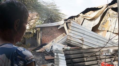Dãy nhà trọ ở Sài Gòn sụp đổ trong biển lửa, nhiều gia đình nghèo bật khóc vì tài sản bị thiêu rụi