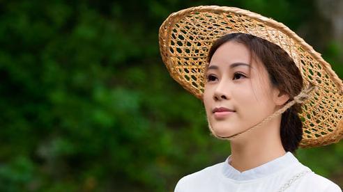 Vợ Việt Hoàn khoe cuộc sống thôn quê, tắm tiên trong MV mới