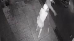 Clip: 4 thanh niên manh động cầm dao cướp xe máy của cô gái trong đêm