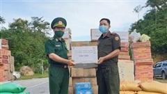 BĐBP Nghệ An chia sẻ khó khăn với lực lượng vũ trang và nhân dân biên giới tỉnh Hủa Phăn, Lào