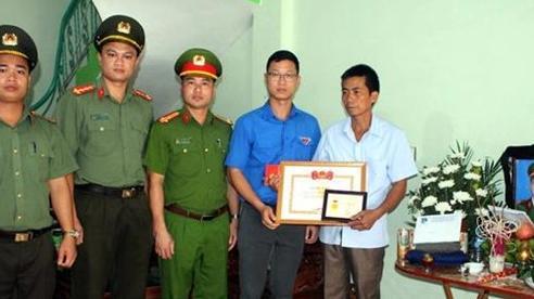 Truy tặng Huy hiệu 'Tuổi trẻ dũng cảm' cho chiến sỹ Công an hy sinh khi làm nhiệm vụ