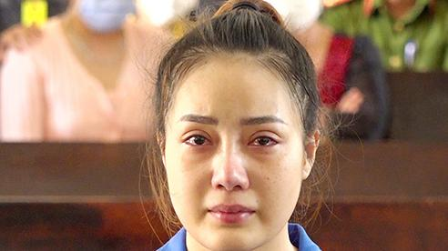 Cô gái xinh đẹp ôm 4kg ma túy với tiền công 500USD khóc nức nở tại tòa