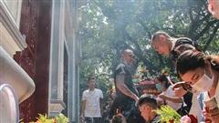 Phủ Tây Hồ ngày đầu tháng 8 Âm lịch: Người đeo khẩu trang, kẻ vô tư để 'mặt mộc' chen lấn lễ cầu an