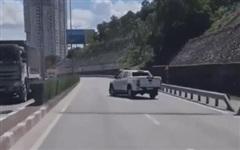 Clip: Hai ô tô chèn ép nhau trên cầu Bãi Cháy khiến nhiều người kinh hãi