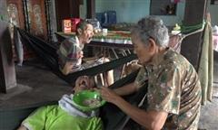 Xin giúp cụ già gần 90 tuổi chăm 2 con tật nguyền