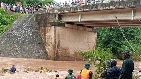Hai vợ chồng ở Quảng Trị đi xe máy bị lũ cuốn trôi, người vợ mất tích