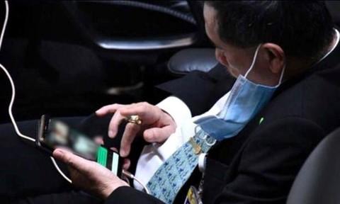 Nghị sĩ Thái Lan bị tố xem ảnh khiêu dâm khi đang họp quốc hội