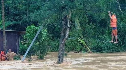 Giải cứu 9 người dân bị mắc kẹt giữa dòng lũ ở Quảng Nam