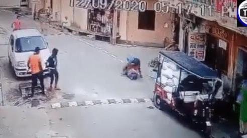Ngăn hàng xóm quấy rối con gái, người phụ nữ bị đánh dã man ngay giữa đường