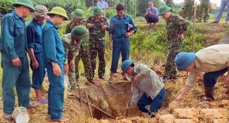 Phát hiện quả bom nặng gần 113 kg dưới ruộng lúa