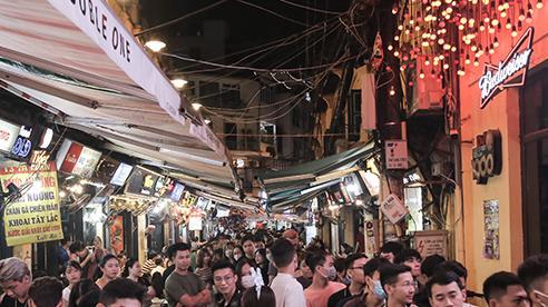 'Nam thanh, nữ tú' xếp hàng dài cả trăm mét để chờ vào 'quẩy' ở quán bar hot nhất Hà Nội