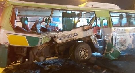Hơn 20 hành khách trong xe buýt biến dạng hoảng loạn kêu cứu