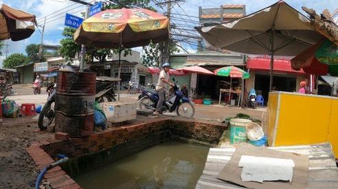 [Clip] - Nam công nhân chạy xe máy rơi xuống hố nước sâu