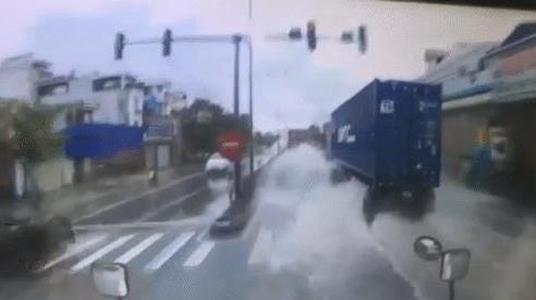 Clip: Xe container bẻ lái 'thần sầu' tránh ô tô con trên đoạn đường ngập nước