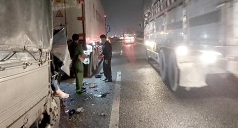 Xe tải tông xe đầu kéo trên cao tốc, 2 người tử vong
