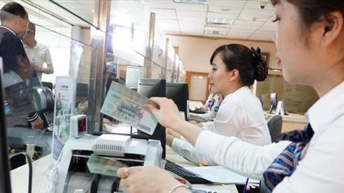 Tiền gửi chảy mạnh vào ngân hàng, lãi suất tiết kiệm giảm liên tiếp