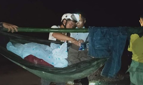 16 thanh niên khiêng 1 người phụ nữ đi bộ gần 40km để cấp cứu