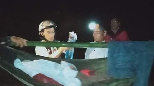 16 thanh niên trai tráng đi bộ vượt rừng 40km xuyên đêm, khiêng cô gái đi cấp cứu