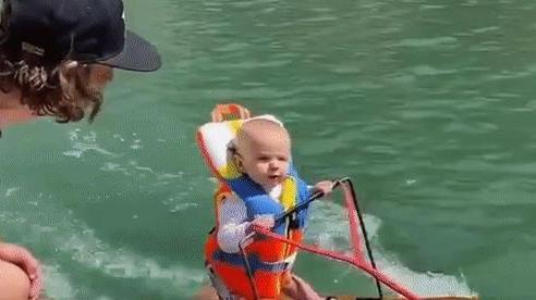 Thiên thần nhỏ 6 tháng tuổi gây sốt với màn lướt trên mặt nước điệu nghệ, dân mạng lại tranh cãi vì cho rằng bố mẹ cậu bé đã quá mạo hiểm
