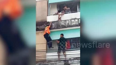 Thót tim 'người nhện' trèo 4 tầng nhà, giải cứu bé gái ở ban công