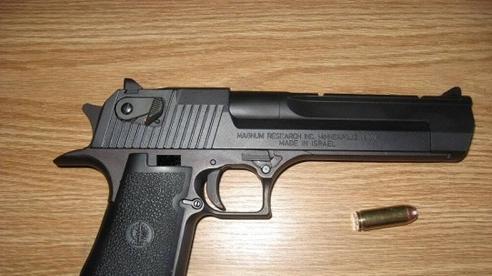 Tạm giữ đối tượng đem súng đến nhà con nợ uy hiếp để đòi tiền