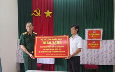 Quân khu 1 trao quà tặng Trung tâm Bảo trợ xã hội nạn nhân chất độc da cam