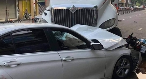 Xe đầu kéo mất lái đâm hàng loạt ô tô, xe máy