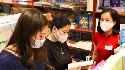Cần làm rõ việc bán sách giáo khoa kèm sách tham khảo