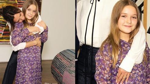 Bất ngờ khi Victoria Beckham cho con gái Harper 9 tuổi mặc váy mình thiết kế