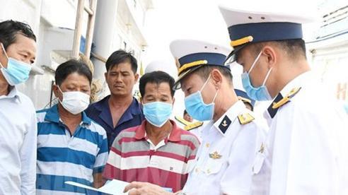 Trao tặng 500 lá cờ Tổ quốc, 100 áo phao cứu sinh cho ngư dân