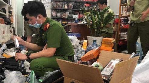 TP.HCM: Hàng nghìn hung khí nguy hiểm được bán 'chui' dưới vỏ bọc ngụy trang shop túi xách