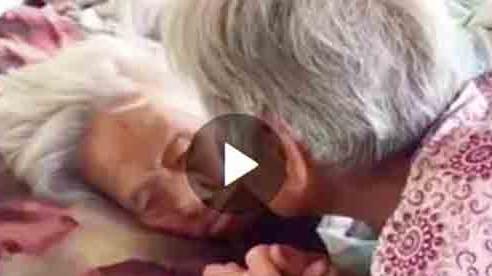 Xúc động khoảnh khắc cụ bà 97 tuổi dặn dò con gái 79 tuổi bên giường: 'Con nhớ ăn uống điều độ nhé'