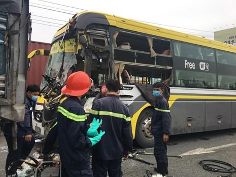 Xe khách đâm đuôi xe tải khiến tài xế tử vong, hành khách kêu cứu