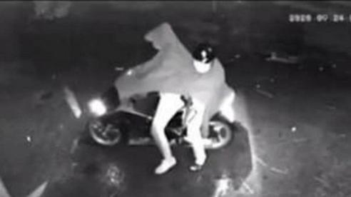 Camera ghi lại vụ nghi dùng súng bắn thủng cửa nhà dân