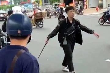Tạm giữ hình sự nam thanh niên vung gậy đập xe sau va chạm giao thông ở Hà Nội