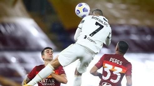 Ronaldo ghi bàn sau cú bật nhảy như huyền thoại bóng rổ Michael Jordan