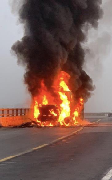 Xe container bất ngờ bốc cháy dữ dội trên quốc lộ, tài xế kịp thời tháo chạy thoát thân