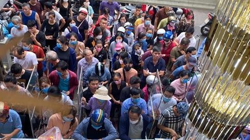 Sức hút khủng khiếp từ tiệm bánh trung thu hot nhất Hà Nội: Khách thưởng thức thoải mái nhưng mua phải xếp hàng cả tiếng, cửa hàng liên tục treo biển 'hết bánh'