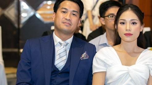 Linh Rin tay trong tay với Phillip Nguyễn đi xem thời trang