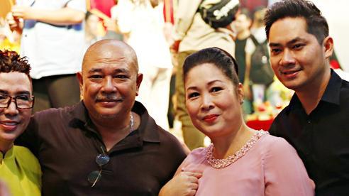 Lê Tuấn Anh cùng bà xã Hồng Vân cúng giỗ tổ sân khấu