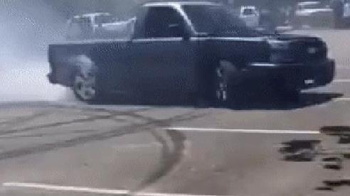 Drift 'lỗi', lái xe bán tải hất bay người quay phim bên đường
