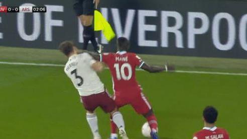 Sao Liverpool may mắn thoát thẻ đỏ sau tình huống thúc cùi chỏ thô bạo